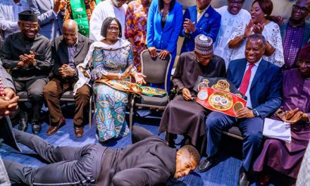 Some Pipo no like as Anthony Joshua take prostrate for Presido Buhari.
